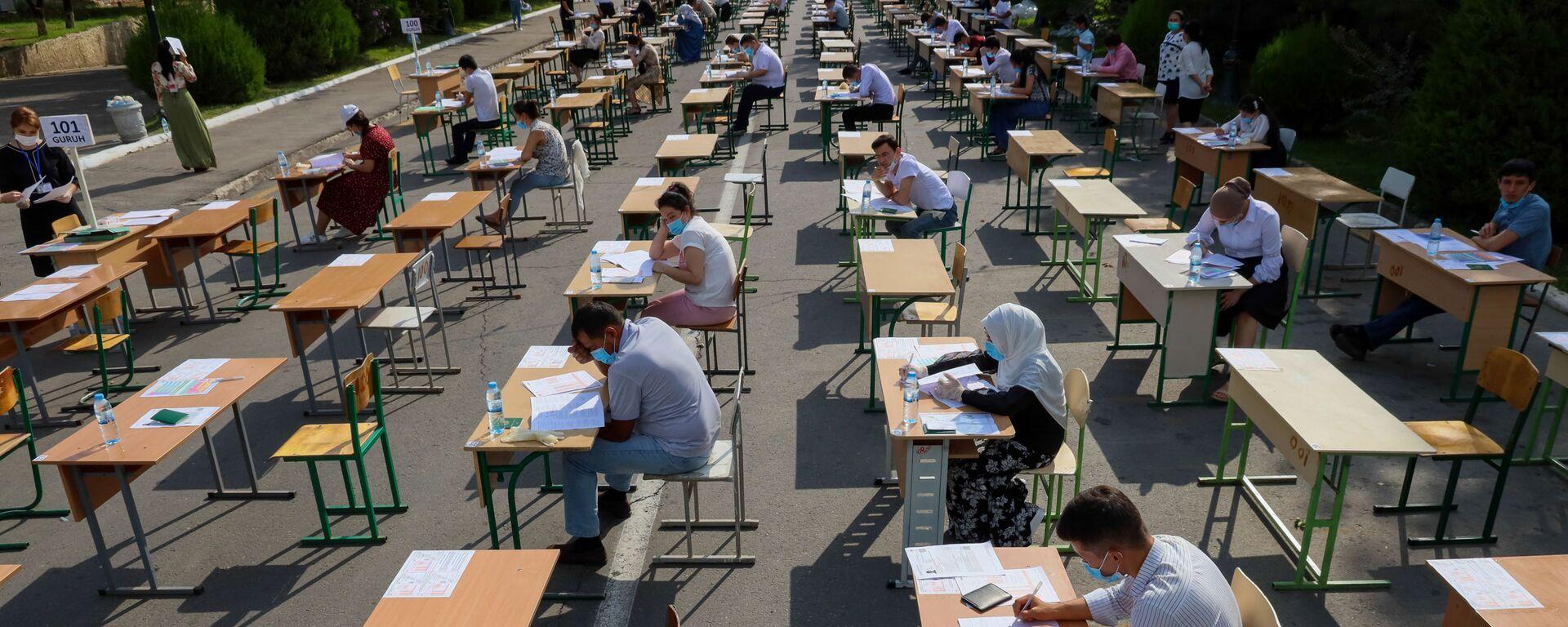 Узбекские студенты сдают вступительные экзамены под открытым небом в Ташкенте - Sputnik Узбекистан, 1920, 01.06.2021