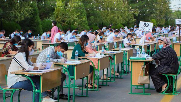 Узбекские студенты сдают вступительные экзамены под открытым небом в Ташкенте - Sputnik Ўзбекистон