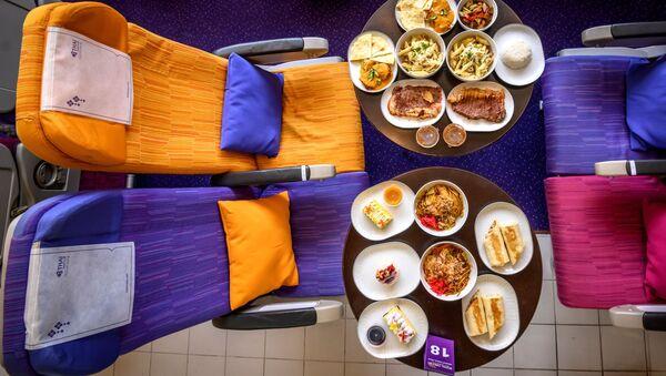 Еда на столе напротив кресел в переделанном в кафе самолете в Таиланде  - Sputnik Узбекистан
