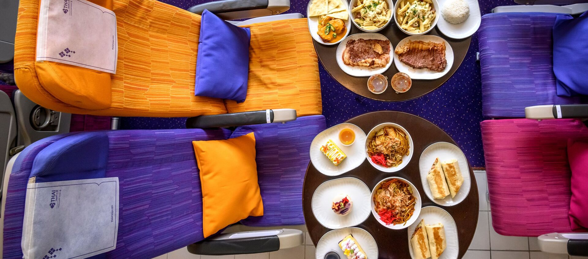 Еда на столе напротив кресел в переделанном в кафе самолете в Таиланде  - Sputnik Узбекистан, 1920, 12.10.2020