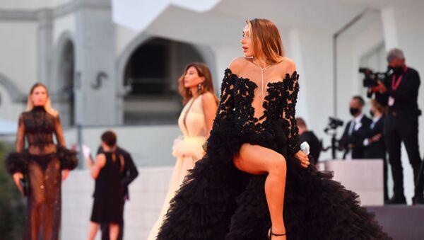 Krishtianu Ronalduning sobiq dugonasi, italiyalik model Eliza De Panisis Venetsiya 77-chi kinofestivalida - Sputnik Oʻzbekiston