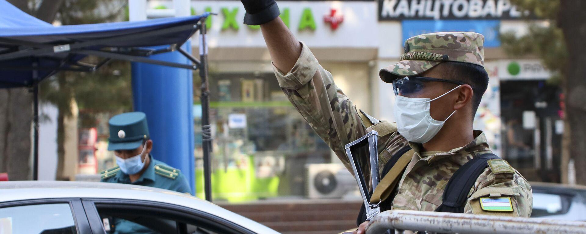 Полицейские в масках на улицах Ташкента - Sputnik Ўзбекистон, 1920, 22.06.2021