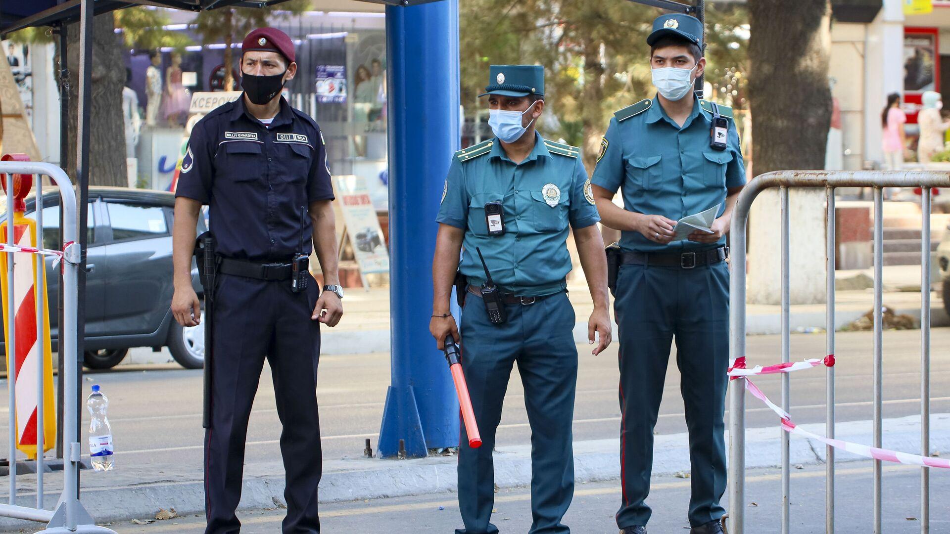 Полицейские в масках на улицах Ташкента - Sputnik Ўзбекистон, 1920, 05.07.2021