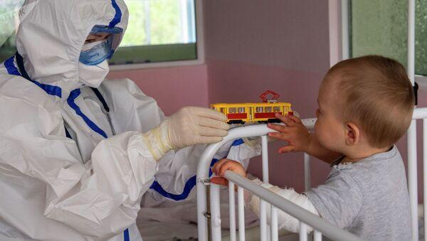 Врач с маленьким пациентом в инфекционном отделении. Архивное фото - Sputnik Ўзбекистон