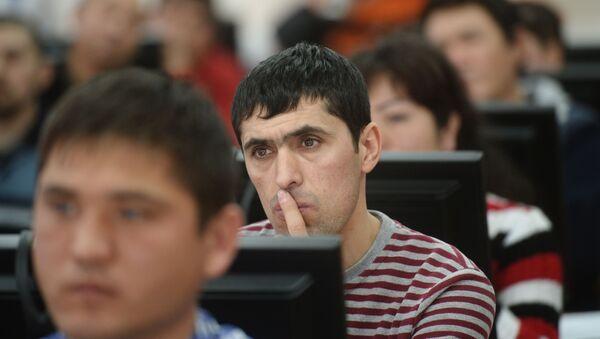 Иностранные граждане проходят электронное тестирование на знание русского языка - Sputnik Узбекистан