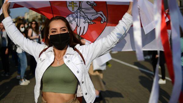 Uchastnitsa nesanktsionirovannogo jenskogo marsha Podruga za podrugu v Minske - Sputnik Oʻzbekiston