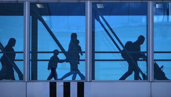 Пассажиры в аэропорту Домодедово имени М. В. Ломоносова - Sputnik Узбекистан