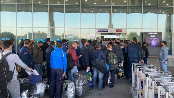 Очередная группа узбекистанцев отправились в Россию на заработки - Sputnik Ўзбекистон