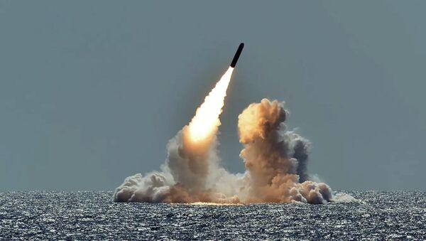 Испытательный запуск ракеты Trident II D5 с подводной лодки Небраска у побережья Калифорнии - Sputnik Ўзбекистон