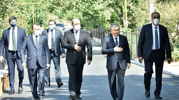 Президент Шавкат Мирзиёев посетил дом покойного Уктама Барноева  и выразил соболезнования его матери, супруге и детям - Sputnik Ўзбекистон