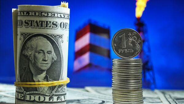 Денежные купюры США и монеты номиналом один рубль. - Sputnik Ўзбекистон