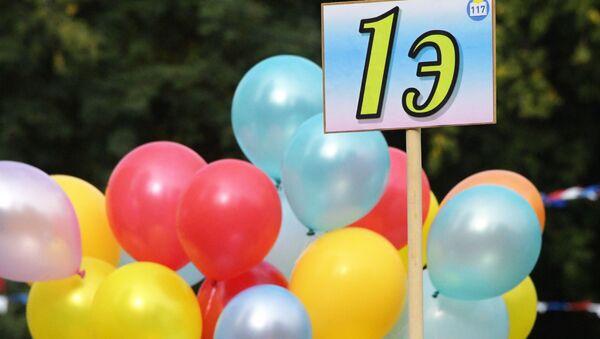Воздушные шары на праздничной линейке в московской общеобразовательной школе No117 в День знаний. - Sputnik Узбекистан