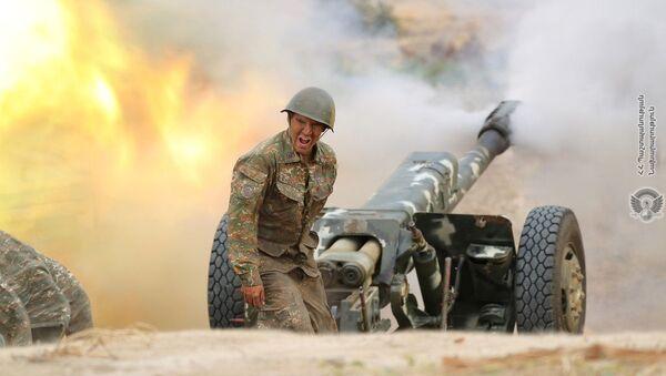 Армянский военный стреляет из артиллерийского орудия во время боя с азербайджанскими войсками в Нагорном Карабахе - Sputnik Ўзбекистон