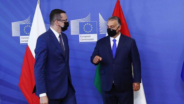 Премьер-министр Польши Матеуш Моравецки и премьер-министр Венгрии Виктор Орбан перед встречей с президентом Европейской комиссии в Брюсселе - Sputnik Ўзбекистон