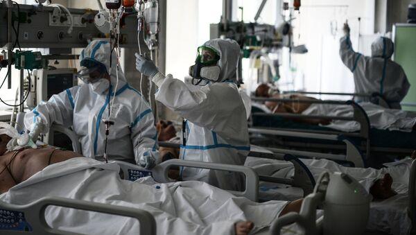 Врачи обходят пациентов в реанимации  - Sputnik Ўзбекистон