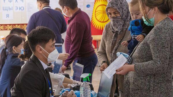 Izbirateli i chlen izbiratelnoy komissii na izbiratelnom uchastke v gorode Bishkek.  - Sputnik Oʻzbekiston