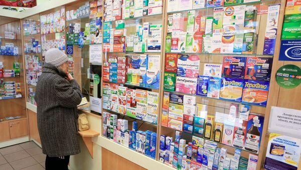 Женщина покупает лекарства в социальной аптеке в Калининграде. - Sputnik Ўзбекистон