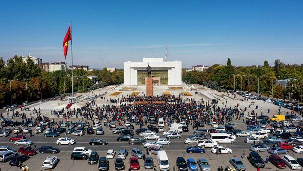 Участники акции протеста на центральной площади Ала-Тоо в Бишкеке - Sputnik Ўзбекистон