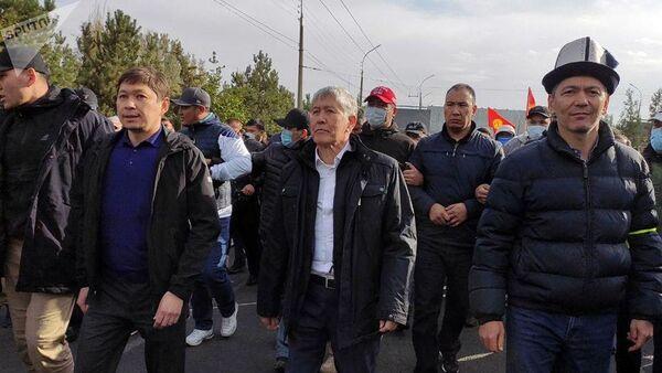 Алмазбек Атамбаев, Сапар Исаков, Омурбек Бабанов и их сторонники направляются из здания форума в Белый дом - Sputnik Ўзбекистон