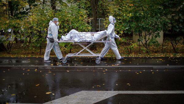Медицинские работники оказывают помощь пациенту с COVID-19  - Sputnik Ўзбекистон