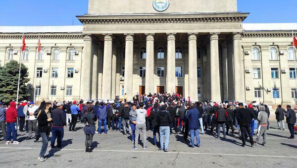 Митингующие у дома правительства в Бишкеке, Киргизия - Sputnik Узбекистан