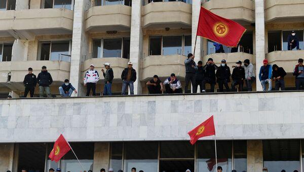 Сторонники премьер-министра Садыра Жапарова на митинге у гостиницы Иссык-Куль в Бишкеке, Киргизия - Sputnik Ўзбекистон