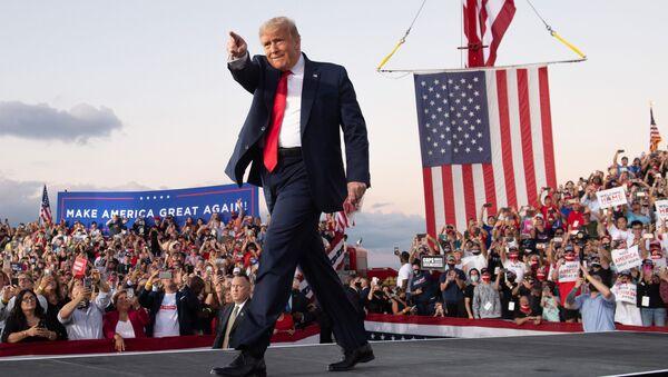 Президент США Дональд Трамп проводит митинг во время своей кампании в международном аэропорту Орландо Сэнфорд в Сэнфорде, штат Флорида - Sputnik Ўзбекистон