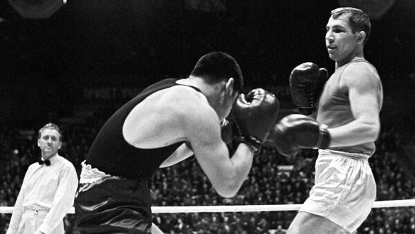 Боксер Валерий Попенченко (справа), многократный чемпион СССР, чемпион Европы, чемпион ХVIII Олимпийских игр в Японии 1964 года - Sputnik Узбекистан