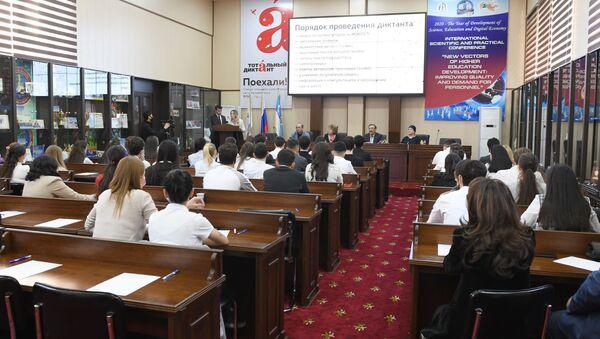 Акция Тотальный диктант-2020 в ташкентском филиале РЭУ им. Плеханова - Sputnik Узбекистан