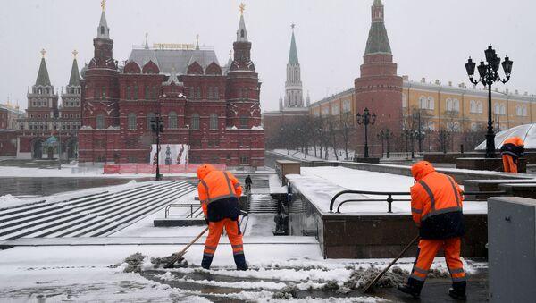 Мигранты убирают снег в Москве - Sputnik Узбекистан