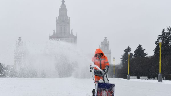 Uborka snega v Moskve  - Sputnik Oʻzbekiston