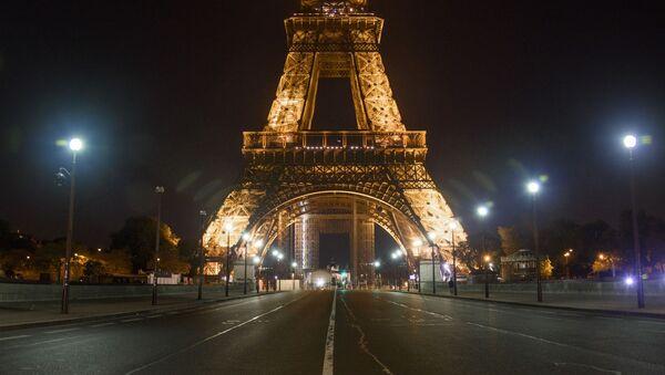Пустой Йенский мост неподалеку от Эйфелевой башни во время комендантского часа в Париже - Sputnik Узбекистан
