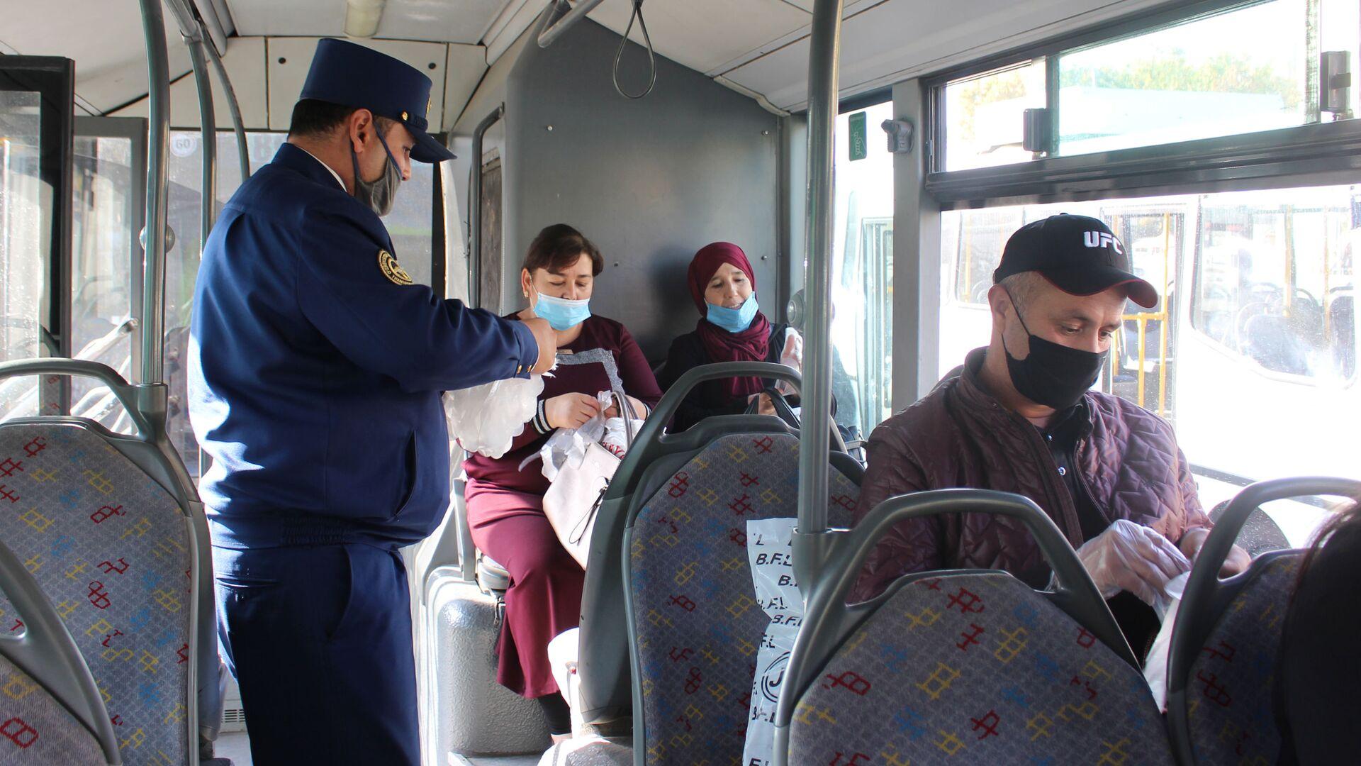 Пассажирам выдают перчатки в общественном транспорте Ташкента - Sputnik Ўзбекистон, 1920, 22.03.2021