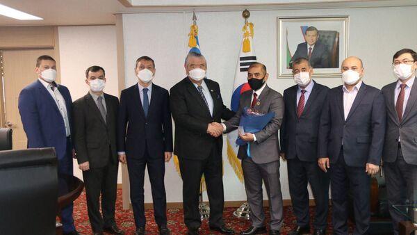 В посольстве Узбекистана в Сеуле ресторатору Махмуду Абдуллаеву вручили нагрудный знак Туризм фидойиси - Sputnik Узбекистан