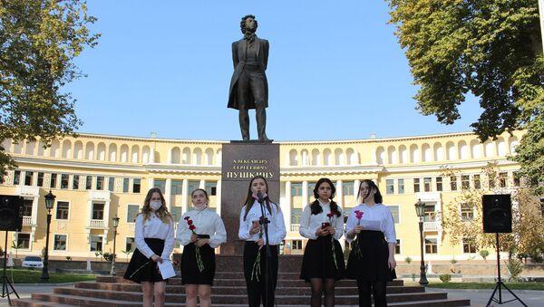 Поэтическая акция в Ташкенте в честь Дня лицеиста - Sputnik Узбекистан