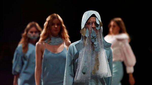 Модели демонстрируют одежду из коллекции бренда o5o в рамках Недели моды Mercedes Benz Fashion Week Russia - Sputnik Узбекистан
