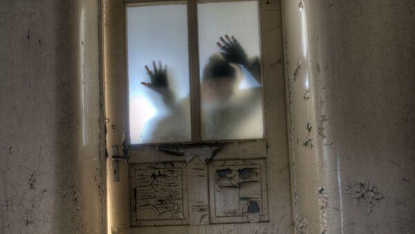 Человек прислонился к стеклянной двери - Sputnik Ўзбекистон