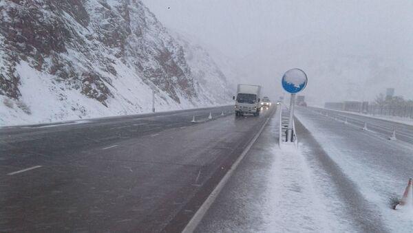 На перевале Камчик сильный снегопад - МЧС предупреждает водителей - Sputnik Узбекистан