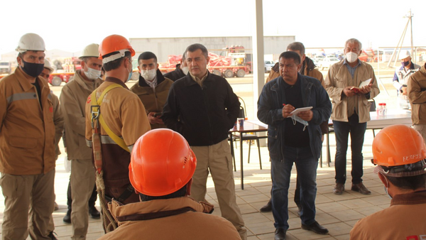 Протестующий рабочие компании ENTER Engineering во время встречи с администрацией - Sputnik Узбекистан