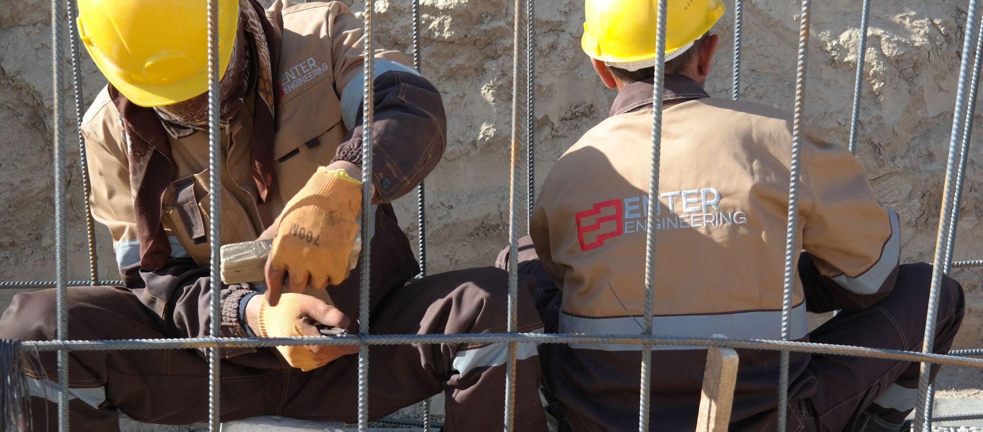 Строители на возведении заводта GTL в Кашкадарьинской области - Sputnik Узбекистан, 1920, 26.10.2020