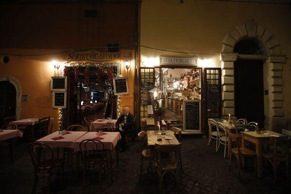 Мужчина на террасе пустого ресторана в Риме, Италия - Sputnik Ўзбекистон