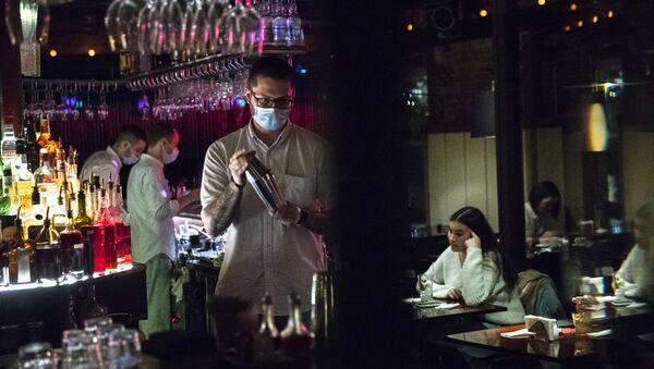 Barmen v meditsinskoy maske v moskovskom bare Strelka - Sputnik Oʻzbekiston