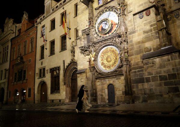 Монашка на пустой Староместской площади в Праге, Чехия  - Sputnik Ўзбекистон