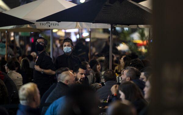 Официанты в медицинских масках на пешеходной части Олд-Комптон-стрит в Лондоне, Великобритания - Sputnik Ўзбекистон