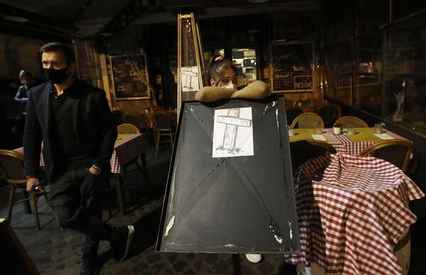 Крест у пустого ресторана, нарисованный в знак протеста против закрытия площади Кампо-деи-Фиори в Риме, Италия - Sputnik Ўзбекистон