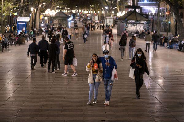 Прохожие в медицинских масках на улице Рамбла в Барселоне, Испания  - Sputnik Ўзбекистон