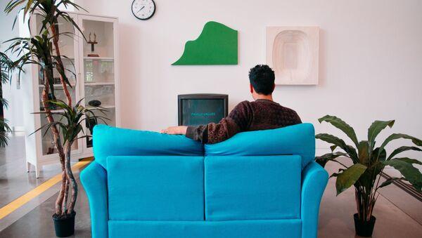 Мужчина смотрит телевизор - Sputnik Узбекистан
