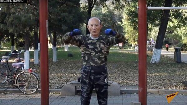 77-летний китаец взрывает соцсети трюками на турнике - Sputnik Узбекистан