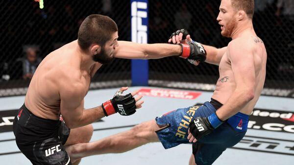 Sleva napravo: Xabib Nurmagomedov (Rossiya) i Djastin Getji (SSHA) v boyu za titul chempiona Absolyutnogo boytsovskogo chempionata (UFC) v legkom vese.  - Sputnik Oʻzbekiston