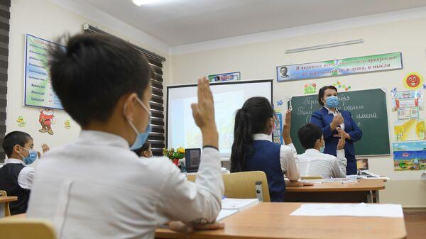 На уроке русского языка в одной из школ Узбекистана - Sputnik Узбекистан